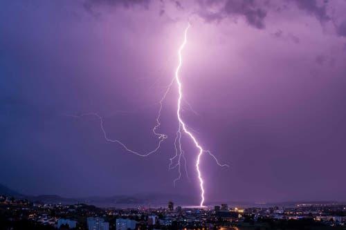 Blitzeinschlag über dem Zugersee. (Bild: Rolf Crisovan)