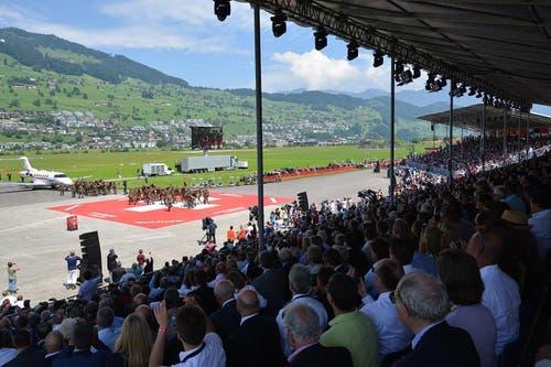 Unter den 4500 geladenen Gästen auf drei Tribünen befanden sich zahlreiche Politiker von Bund und Kantonen, Vertreter der Schweizer Armee, ausländische Militärs und Pilatus-Kunden. (Bild: Pilatus Aircraft)