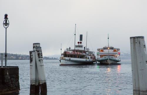 Motorschiff Europa schleppt Dampfschiff Uri in die Werft nach Luzern (Bild: Leser Bruno Schuler)