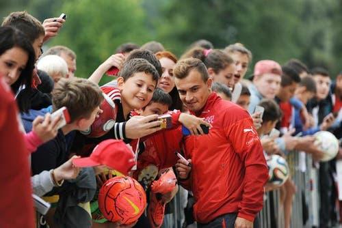 1. September: In Sarnen am Swiss Football Award. Xherdan Shaqiri nimmt sich Zeit für die jungen Fans. (Bild: Corinne Glanzman / Neue LZ)