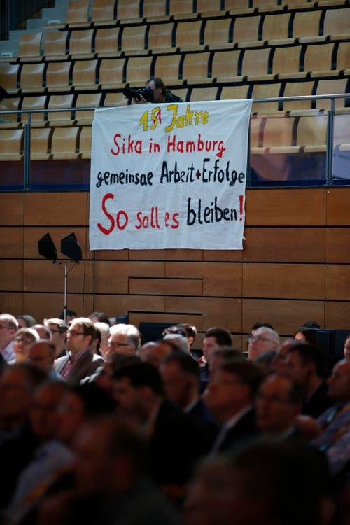 Ein Plakat an der Sika-GV in der Waldmannhalle in Baar. (Bild: Stefan Kaiser / Neue ZZ)
