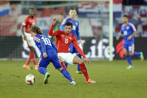 Kroatiens Luka Modric (links) will Blerim Dzemaili ausdribbeln. (Bild: Keystone)