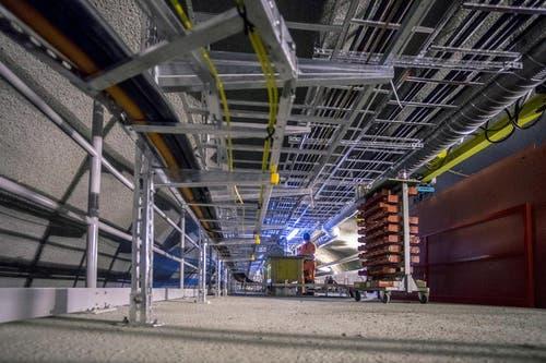 28. Mai 2014: Blick auf die Metallträger mit den elektrischen Leitungen, welche im Tunnel verlegt werden. (Bild: Keystone)