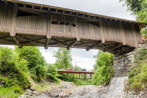Die alte Brücke und – im Hintergrund – die neue Strassenbrücke. (Bild: Roger Grütter / Neue LZ)