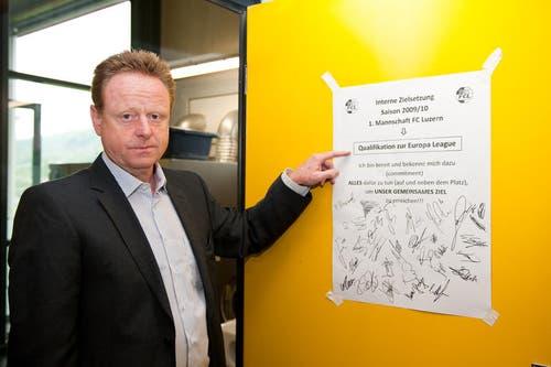 Rolf Fringer zeigt das Commitment, das alle Spieler vor der Saison unterschrieben haben. (Bild: Roger Grütter/Neue LZ)