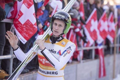 Der zweifache Sieger und neuer Schanzenrekordhalter Peter Prevc aus Slowenien im Zielgelände. (Bild: Keystone / Urs Flüeler)