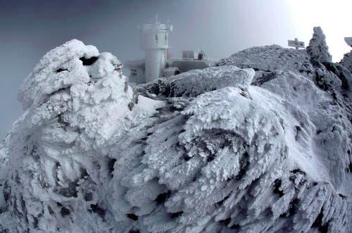 Eis deckt einen Felsen auf dem Gipfel des 1917 Meter über Meer gelegenen Mount Washington in New Hampshire ab. (Bild: AP / Robert F. Bukaty)