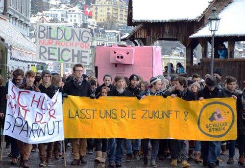 Mit Transparenten protestieren die Schüler gegen die Sparmassnahmen. (Bild: PD)
