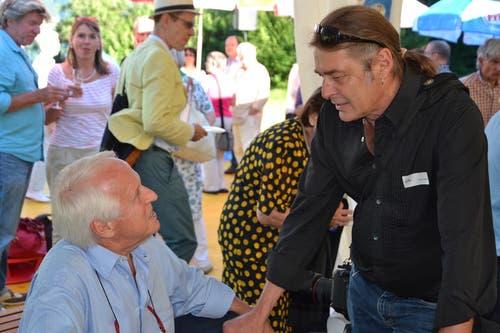 Schauspieler Walter Andreas Müller (links) und Fotograf Armin Graessl an der Premiere des Freilichtspiels «Tell trifft Wagner» in Seelisberg. (Bild: Bruno Arnold / Neue UZ)