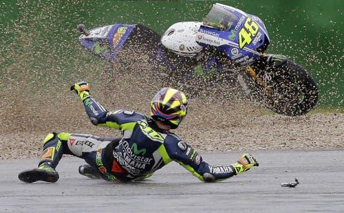 Spektakulärer Sturz von Valentino Rossi beim Rennen in San Marino. (Bild: Keystone)