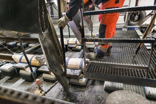 29. Oktober 2014: Beton wird aufs Trassee geleert. (Bild: Keystone)