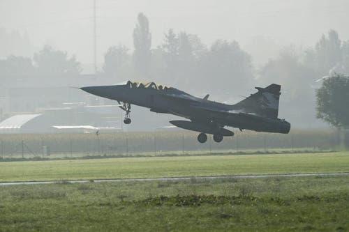 Der Gripen hebt am Freitagmorgen zu einem Testflug in Emmen ab. (Bild: Keystone)