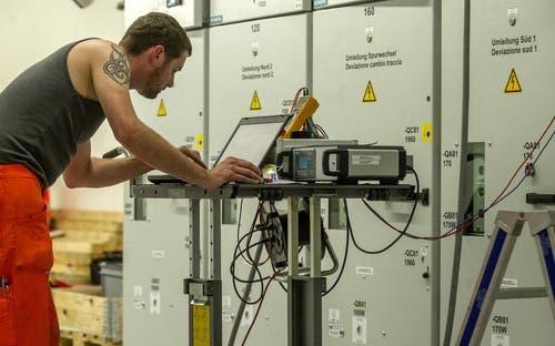 28. Mai 2014: Ein Arbeiter im Technikraum der SBB, von dem aus die Züge mit 16'000 Volt versorgt werden. (Bild: Keystone)