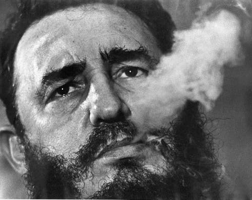 Sein Markenzeichen: Fidel Castro raucht Zigarre. Das bild stammt vom März 1985. (Bild: Charles Tasnadi)
