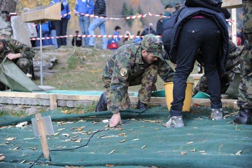 Nach den Schützen kommen die Sammler: Die Patronenhülsen werden entfernt. (Bild: Urs Hanhart (Neue UZ))