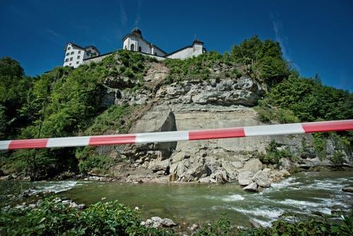 10. Januar: Die Mauer um die Klosteranlage in Werthenstein hat Risse. Im Juli sind schliesslich unterhalb des Klosters Werthenstein Felsbrocken ins Flussbett der Kleinen Emme gestürzt. (Bild: Pius Amrein)