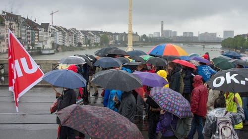 Basel: Demonstranten mit vpod-Fahnen marschieren über die Mittlere Brücke. (Bild: Keystone)