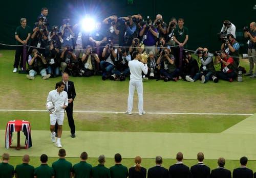 Roger Federer (vorne links) verliert den Wimbledon-Final gegen Novak Djokovic mit 6:7, 7:6, 4:6 und 3:6 (12. Juli). (Bild: AP / Jonathan Brady)