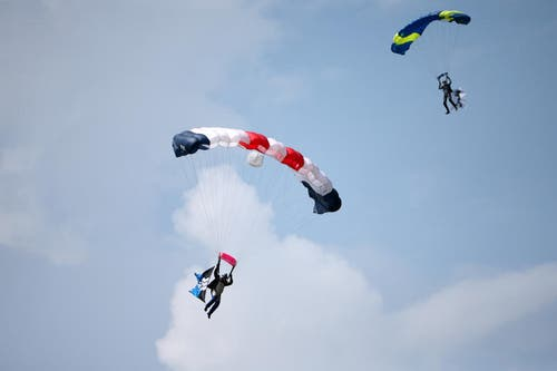 Fallschirmspringer aus allen Kantonen. (Bild: Philipp Schmidli)