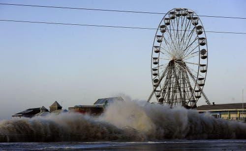 Die Hauptpromenade von Blackpool, England, wird vom Meer verschluckt. (Bild: Keystone)