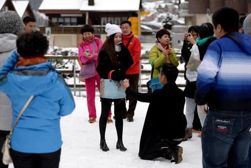23. Oktober: Heiratsantrag im ersten Schnee - Ein chinesisches Paar sorgte mit einem spontanen Heiratsantrag für eine freudige Überraschung. (Bild: Keystone)