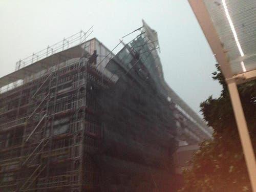 Dieses Bild zeigt ein durch den Sturm beschädigtes Gerüst am Neubaus des Bettentrakts des Kantonsspital Obwalden in Sarnen. (Bild: Leserreporter Sven Kiser)