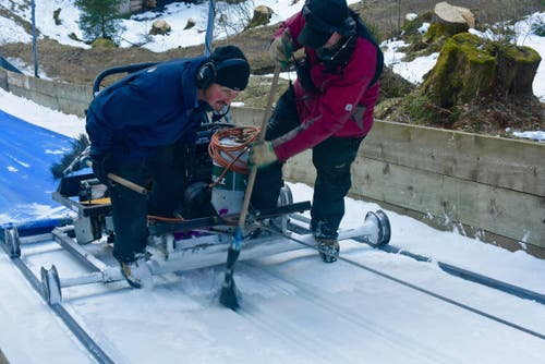 Der Abstand muss millimetergenau stimmen, wenn die Skispringer mit rund 90 Kilometern die Stunde die Schanze hinuntersausen. (Bild: PD)