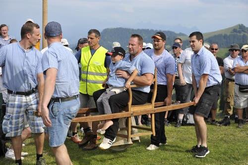 Eine Runde um den Schwingplatz getragen werden: Diese Ehre gebührt dem nach dem Bergkranzfest zurück tretenden Adi Laimbacher. (Bild: Dominik Wunderli / Neue LZ)