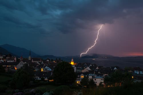 Gewitter über dem Zugersee. (Bild: Leser Daniel Hegglin)