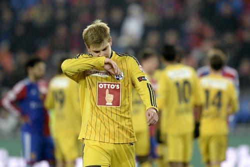 FCLs Florian Stahel verlässt das Spielfeld nach einer roten Karte. (Bild: Keystone)