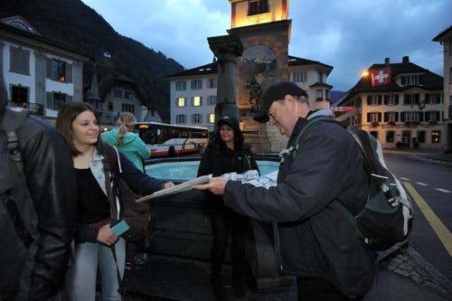 Am Montag gab es beim Telldenkmal die «Urner Zeitung» für einmal gratis. (Bild: Urs Hanhart)