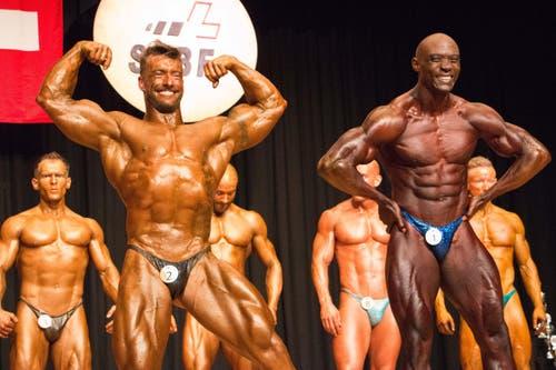 Die Favoriten Milan Panek (links) und Chris Nsubuga (rechts) der Profi-Kategorie zeigen ihre Muskeln. (Bild: Fabian Gubser)