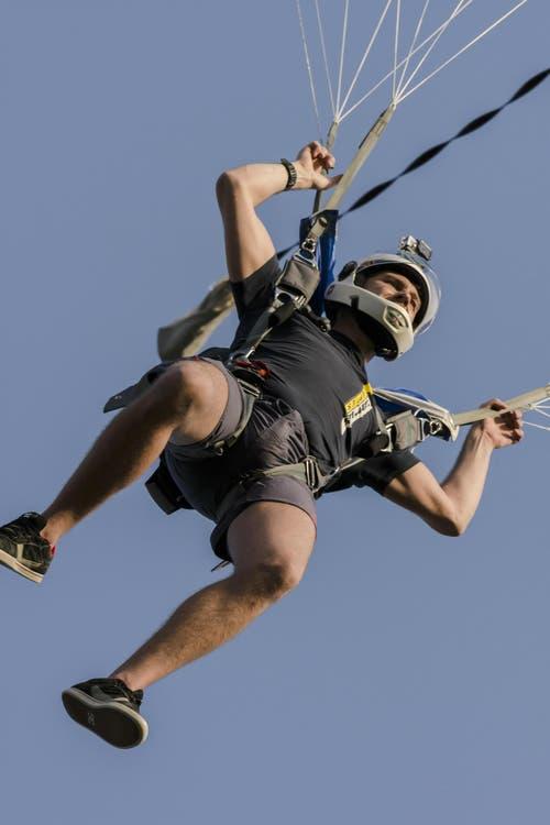 """Uli Terheggen sprang in 1500 Meter Höhe aus dem """"Knutwiler""""-Ballon und landete Minuten spräter auf der Graspiste des Flugplatzes. (Bild: Martin Thoeni)"""
