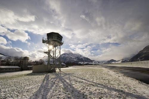 Der neue Tower (r.) und im Hintergrund sein Vorgänger. (Bild: Keystone/Sigi Tischler)
