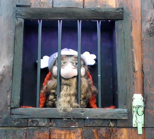 Es ist schon sehr hart, wenn MANN ausgerechnet die Fasnachtstage hinter Gittern verbringen muss! Wie bloss hat er sich das eingebrockt? (Bild: Niklaus Rohrer)