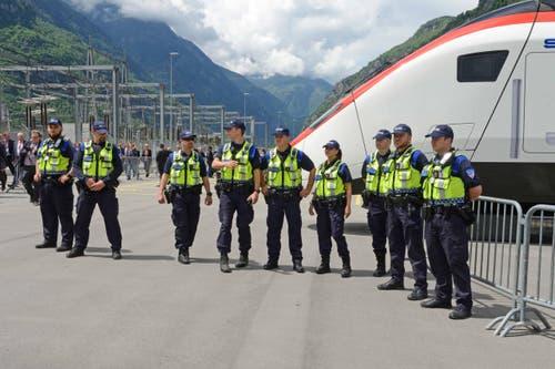 Mitarbeiter der SBB-Bahnpolizei und der Securitrans warten am Gotthard-Nordportal auf die Ankunft des Extrazuges. (Bild: Nadia Schärli)