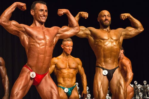 Die Athleten der Profi-Kategorie nehmen verschiede Posen ein, um die Jury zu überzeugen. (Bild: Fabian Gubser)