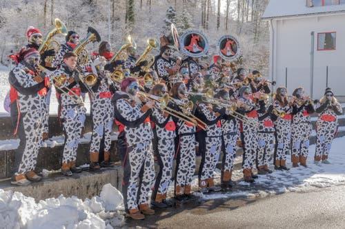 Die einheimische Guuggenmusik Änzischränzer mit dem Motto DRAKUHLA bringt ein Ständchen an der Kinderfasnacht in Hergiswil bei Willisau. (Bild: Peter Helfenstein)