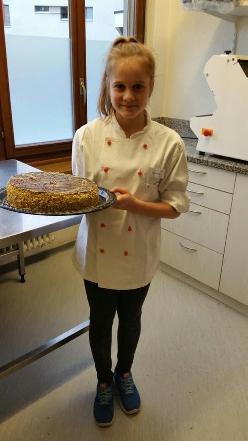 Olivia Kieliger backt eine Torte im Altersheim Acherhof in Schwyz. (Bild: Vreni Kieliger)