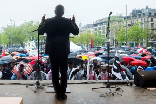 Zürich: Demonstranten verfolgen die Rede von Giorgio Tuti, Präsident Eisenbahnergewerkschaft SEV und Vize-Präsident Schweizerischer Gewerkschaftsbund SGB. (Bild: Keystone)