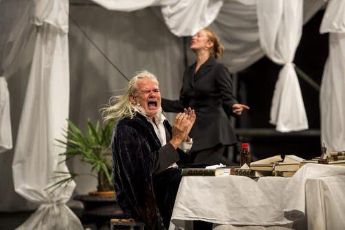 Albrecht Hirche als Richard Wagner, links, und Katka Kurze als Cosima Wagner, rechts, bei Proben für das Freilichtspiel. (Bild: Keystone)