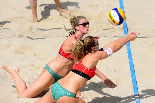 Nicole Eiholzer und Nina Betschart im Spiel gegen die Russinnen. (Bild: Keystone)