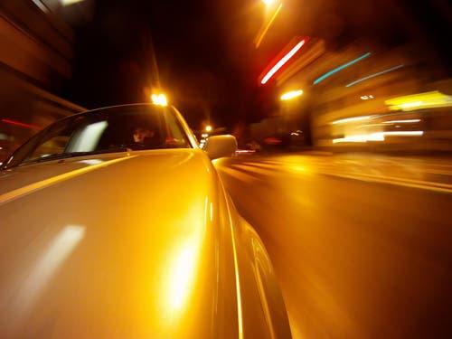 Ein 29-jähriger Kosovare brettert mit 265 km/h auf der Höhe von Uffikon auf der A2 in Richtung Basel. Die Polizei kommt ihm auf die Schliche, weil er seine Raserfahrt mit seinem Audi A8 mit dem Handy gefilmt hatte. (Bild: Philipp Schmidli (Symbolbild))