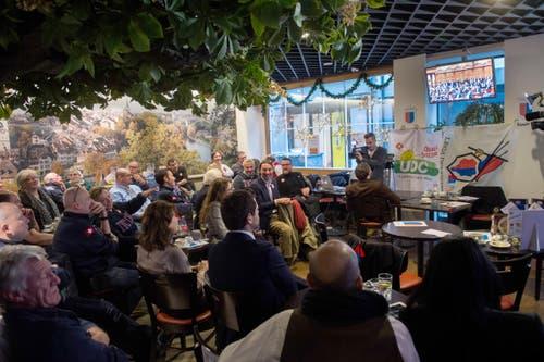 Anhänger der Lega dei Ticinesi und Unterstützer von SVP-Bundesratskandidat Norman Gobbi verfolgen am Fernsehen die Bundesratswahlen. (Bild: GABRIELE PUTZU)
