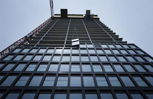 Das als «exklusiv» beworbene Gebäude mit «hochwertigen Materialien» und in der Tat noblen Kaufpreisen wird in Sachen Fassade komplett aus dem Ausland bestückt. Genauer gesagt aus China. (Bild: Stefan Kaiser / Neue ZZ)
