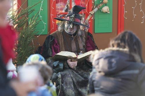 Ein Zauberer erzählt eine Geschichte. (Bild: Maria Schmid / Neue ZZ)