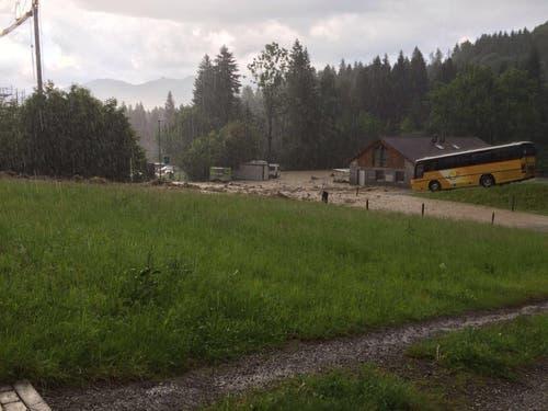 In Stalden trat der Schwandbach über die Ufer. (Bild Kantonspolizei Obwalden)