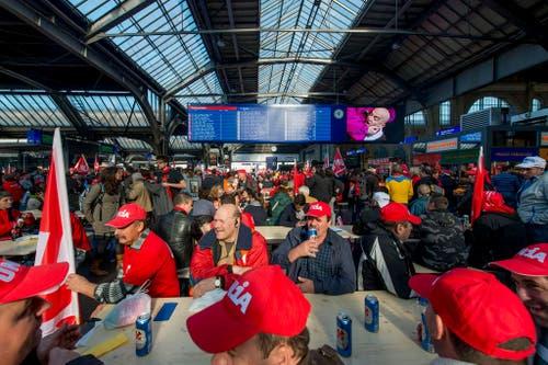 10. November: Mitglieder der Gewerkschaft Unia demonstrieren im Zürcher Hauptbahnhof und bestreiken über 100 Baustellen. Die Bauarbeiter fordern den Erhalt der Rente mit 60 und besseren Schutz bei Schlechtwetter und Lohndumping. An mehreren Tagen legen Bauarbeiter in mehreren Regionen jeweils für einen Tag die Arbeit nieder. (Bild: Keystone / Nick Soland)