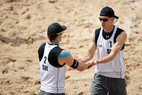 Die Schweizer Alexei Strasser (rechts) und Nico Beeler klatschen ab im Spiel gegen Mexiko. (Bild: Philipp Schmidli (Neue LZ))