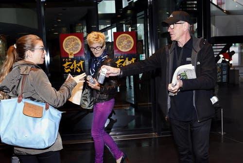 Auch die Regionalausgaben fanden am Montagmorgen den Weg zu neugierigen Lesern. Chefreporter Charly Keiser verteilte am Bahnhof Zug frisch gedruckte Zeitungen und Energy-Drinks. (Bild: Werner Schelbert (Neue ZZ))